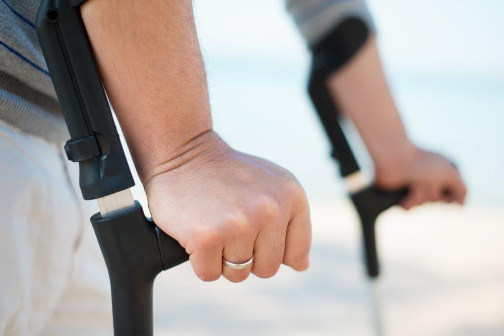 Mand der går med krykker